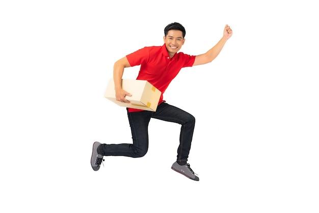 空白のtシャツの制服を着た笑顔の配達人従業員小包ポストボックスでジャンプ分離 Premium写真