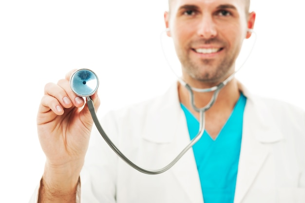 Battito cardiaco d'ascolto di medico sorridente Foto Gratuite