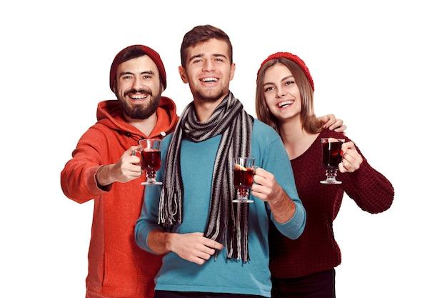 白で隔離のパーティー中にヨーロッパの男性と女性の笑顔 無料写真