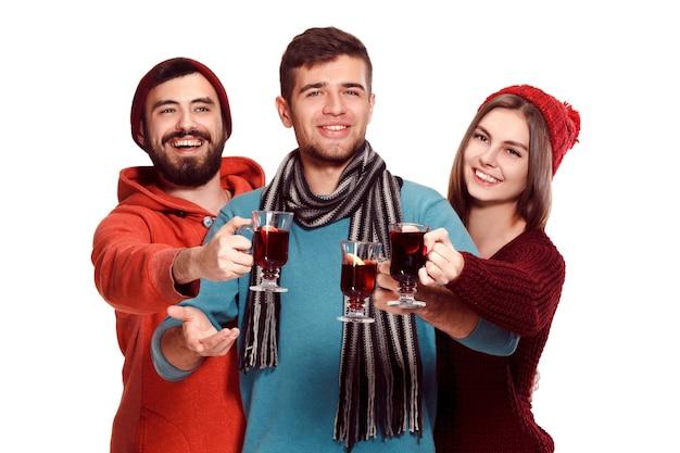 파티 중 유럽 남성과 여성 미소 무료 사진