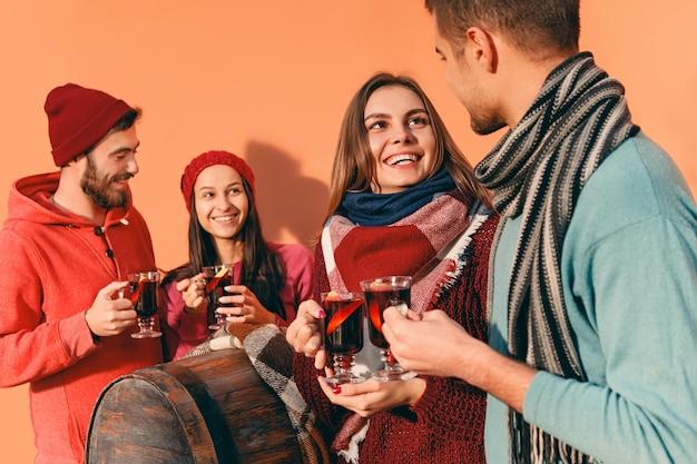 パーティー中にヨーロッパの男性と女性を笑顔 無料写真