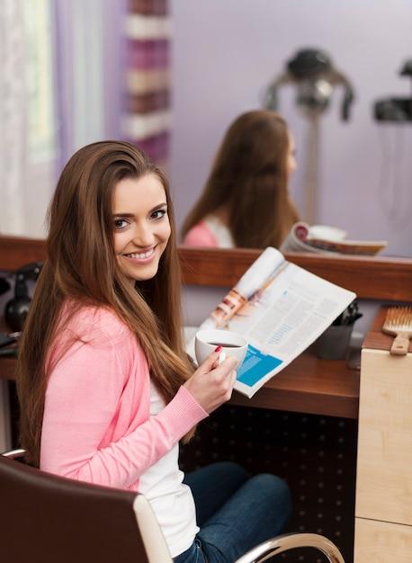 美容院に座っている女性客の笑顔 無料写真