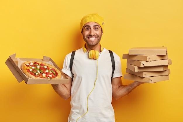 ピザの箱で格好良い配達員の笑顔 無料写真