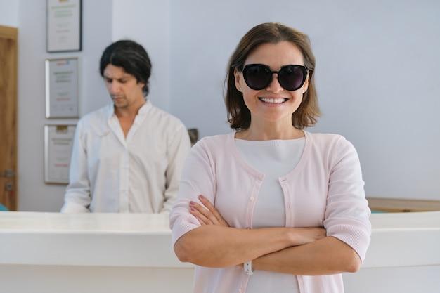 리조트 스파 호텔의 로비 내부에 웃는 행복한 여자 게스트 프리미엄 사진