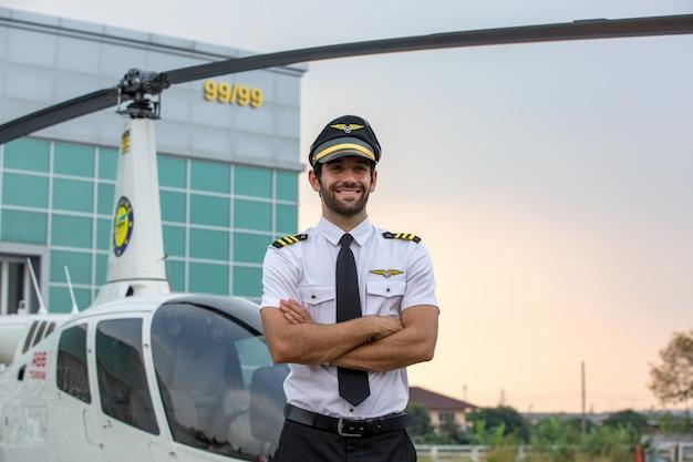 Улыбающийся пилот вертолета в форме Premium Фотографии