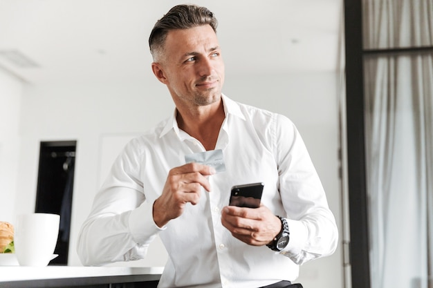 Smiling man dressed in formal clothes Premium Photo