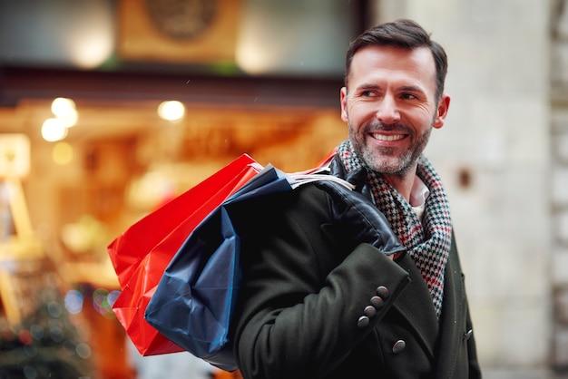 Улыбающийся человек с хозяйственными сумками Бесплатные Фотографии