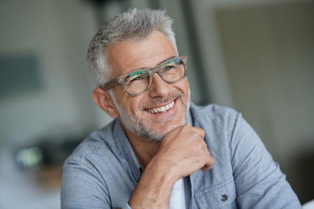 Smiling man Premium Photo