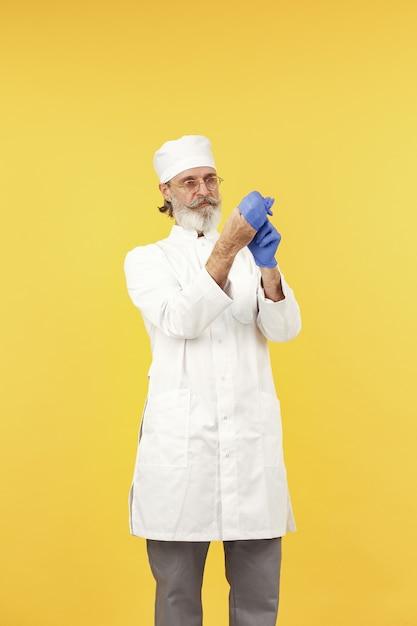眼鏡をかけた笑顔の医師。孤立。青い手袋をはめた男。 無料写真