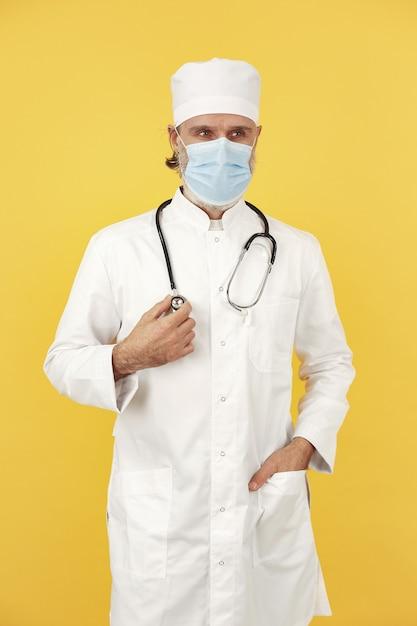 Улыбающийся врач со стетоскопом. изолированный. концепция коронавируса Бесплатные Фотографии
