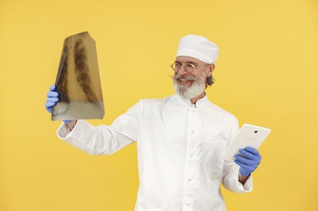 タブレットで医師の笑顔。孤立。青い手袋をはめた男。 無料写真