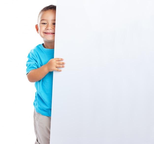 빈 현수막을 들고 웃는 남학생 무료 사진