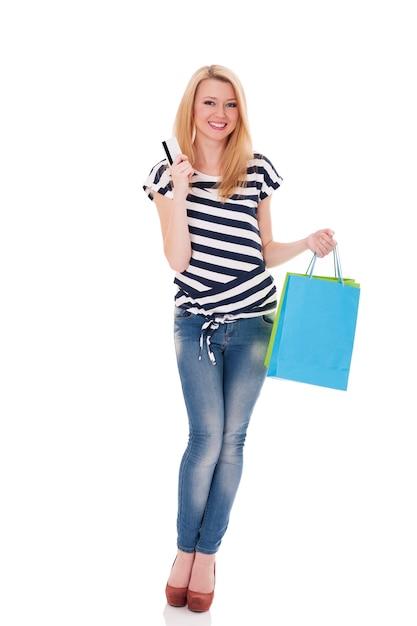 신용 카드와 쇼핑백을 들고 웃는 구매자 무료 사진