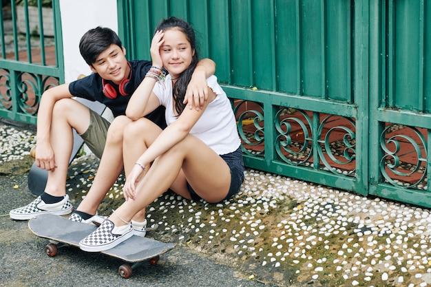 屋外に座っている10代の若者の笑顔 Premium写真