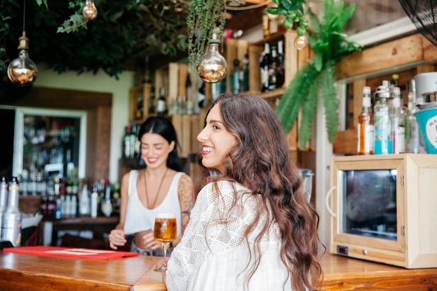 Улыбка женщины и бармена Бесплатные Фотографии