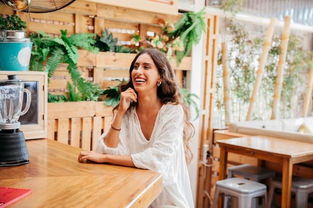 Улыбка женщины в баре Бесплатные Фотографии