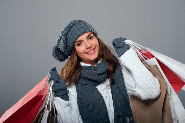 冬のセール中に笑顔の女性 無料写真