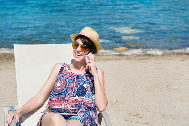 Sorridente donna che giace in una amaca Foto Gratuite