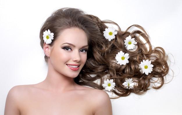 흰색에 그것에 아름 다운 긴 머리 Wna 꽃 웃는 여자 무료 사진