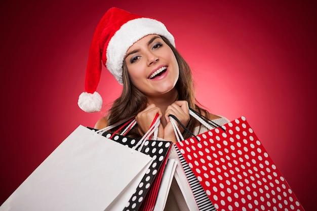 クリスマスの買い物で笑顔の女性 無料写真