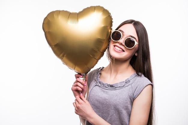 Donna sorridente con palloncino a forma di cuore. Foto Gratuite