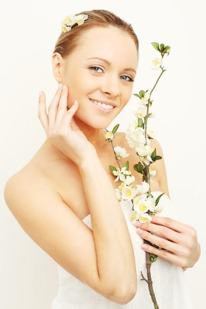春のリンゴの花と笑顔の女性 Premium写真
