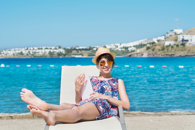Donna sorridente con una tavoletta grafica Foto Gratuite