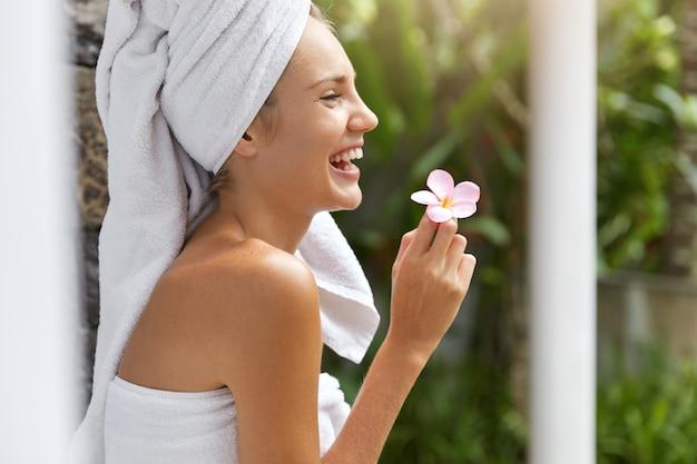 タオルで笑顔の若い女性 無料写真