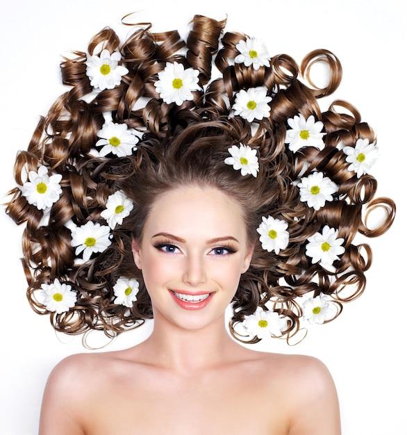 白髪の長い髪の花と笑顔の若い女性 無料写真