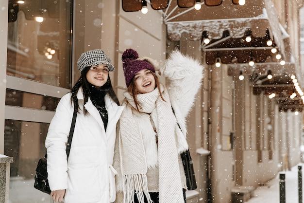 暖かい冬の服を着てチャットしている若い女性の笑顔 Premium写真