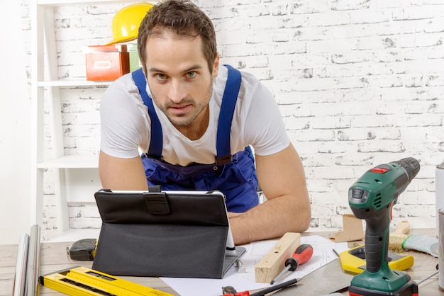 Smilling young man using the tablet for diy Premium Photo