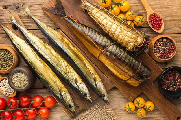 Копченая рыба на деревянном столе. Бесплатные Фотографии