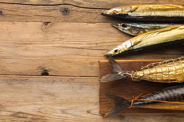 木製のテーブルで魚の燻製 無料写真