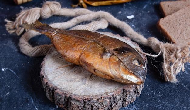 木片で丸ごと干し魚をs製した。素朴な糸の周り 無料写真