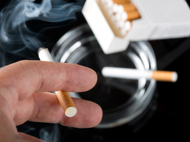 喫煙者の手 Premium写真