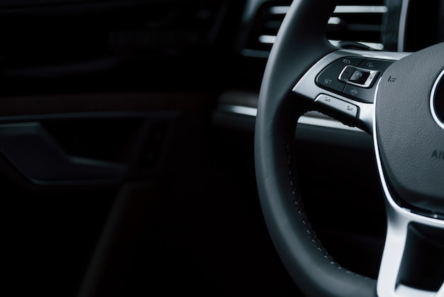 Materiale liscio. vista ravvicinata degli interni della nuovissima automobile di lusso moderna Foto Gratuite