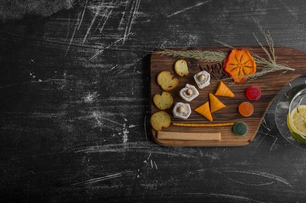 さまざまな食材を使ったスナックとペストリーボード 無料写真