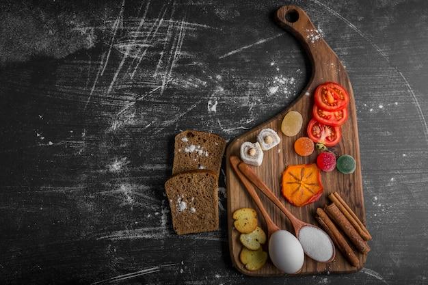 パン、クラッカー、野菜のスナックボード 無料写真