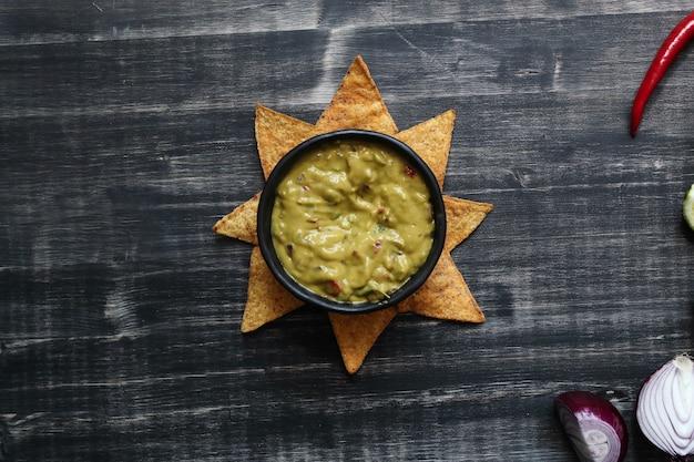 Закуски. вкусные начо с гуакамоле Бесплатные Фотографии