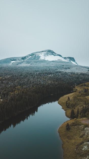 雪に覆われた山、川の後ろ 無料写真