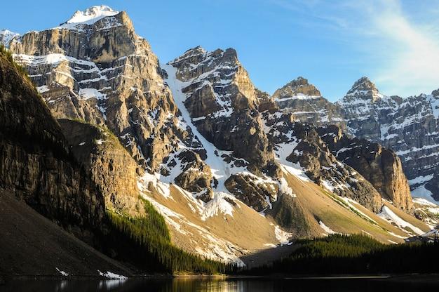 カナダのモレーン湖近くの雪に覆われた山の頂上 無料写真