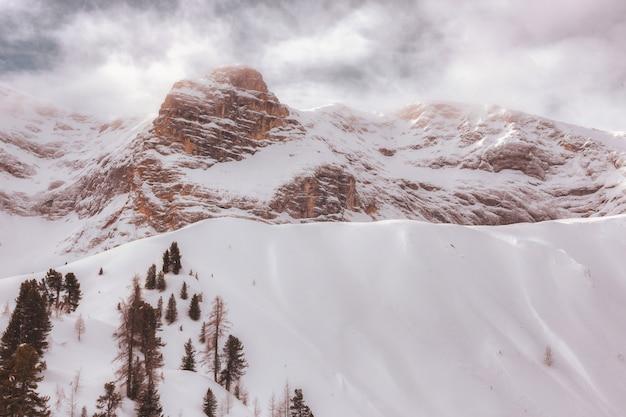 Montagna coperta di neve Foto Gratuite