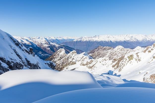 冬の雪に覆われた山 無料写真