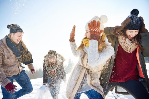 Снежный бой между двумя парами Бесплатные Фотографии