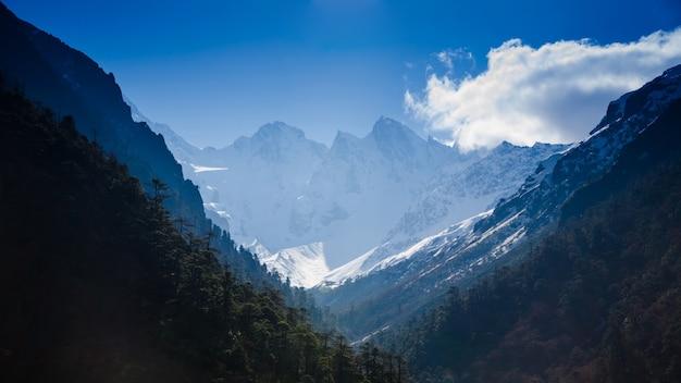 Snow mountain with blue sky at sikkim , india Premium Photo