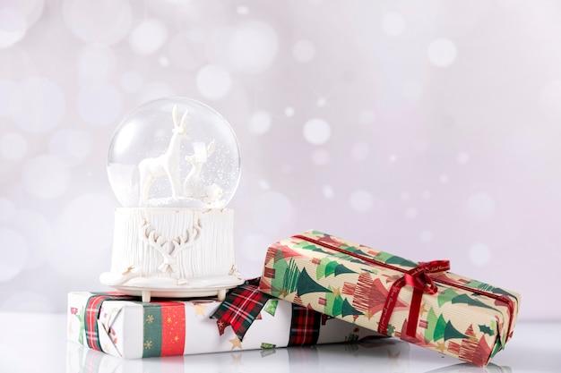 クリスマスギフトボックス付きスノーボール 無料写真