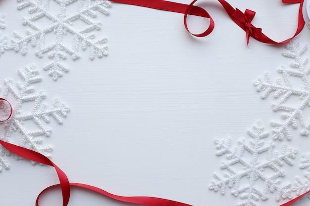 Снежинки и красная лента Бесплатные Фотографии