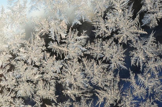 Снежинки мороз иней макрос на оконном стекле Premium Фотографии