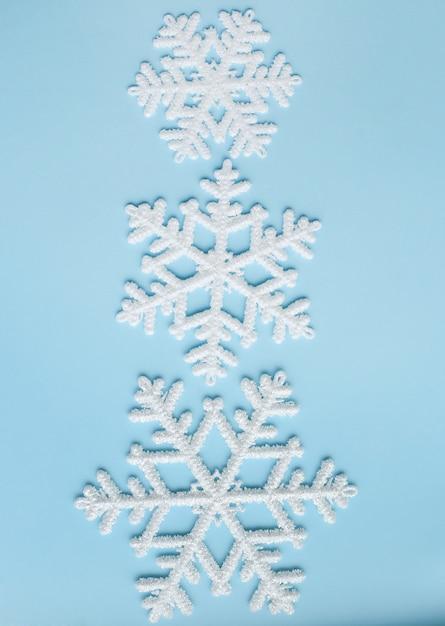 Снежинки на синей поверхности Бесплатные Фотографии