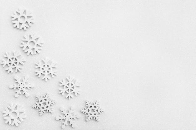 白い輝きの雪の表面の雪片 Premium写真